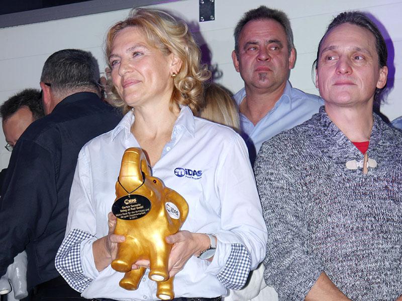 Frau Jakobson mit goldenen MIDA.Elefant